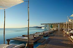 Der Pool des Cavo Tagoo mit Blick aufs Meer.