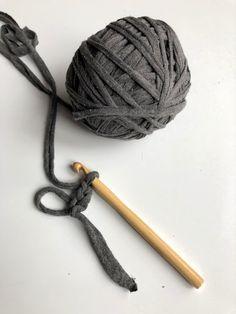 Jak zrobić T-shirt yarn, czyli bawełnianą włóczkę DIY ze starych koszulek. - Przeplatane kolorami - najbardziej kreatywny blog w sieci - DIY - LIFESTYLE - WNĘTRZA