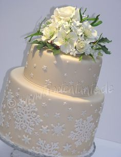 Winter wedding - Rose, christmas roses, holly and mistletoe out of gumpaste, snowflakes out of modelling fondant - additonal pictures of the flowers on my blog :-)