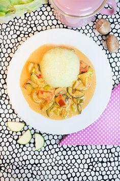 Für 4-5 Portionen Gemüsepfanne 500g Hähnchenfleisch 2 Paprika 1 Zucchini 1 Lauchstange 1 Knoblauchzehe 150g Champignons 200g Schmelzkäse 1 Becher Sahne 150ml Wasser 1 EL Tomatenmark 1 TL Rosmarin 1/2 TL Ingwer 1 TL Curry 1 TL Paprika edelsüß 1/2 TL Xylit* Chili nach Geschmack Blumenkohlreis: 1 mittlerer Blumenkohl 1TL Curry Salz Gemüsebrühe (ohne Zusatzstoffe und Geschmacksverstärker) Den Blumenkohl mit einem Mixer zerkleinern / grob raspeln (ich nutze einen Zerkleinerer wie e...