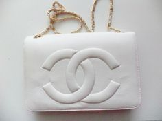 White CC Logo Handbag Purse is designed for trendy girls.It is made up of Genuine Leather with a single handle and graceful design at the front.This gives it a cool look.Leathergap.com offers this Handbag at very affordabloe prices.  Instead Of $250 YOu can Get This GUCCI Hand Bag Purse In $145.  For more details contact us at support@leathergap.com