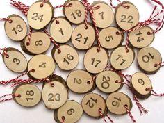 Kleine Adventskalenderzahlen aus Holzscheiben