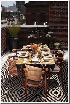 I think everyone's eating Al Fresco tonite. Love this setting & the rug.......