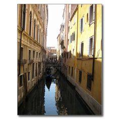 Malerische Gasse in Venedig, Italien mit Gondel Postkarte