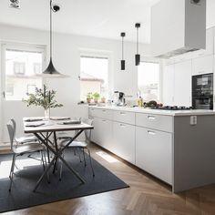 Ljusgrått drömkök med grepp G11 Kitchen Interior, New Kitchen, Kitchen Dining, Layout Design, Light Grey Kitchens, Gravity Home, Tiny Spaces, Cuisines Design, Dining Area