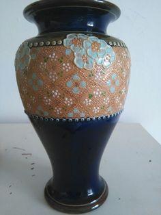 Precioso jarron ingles azul.firmado y  sellado.Royal bouitton.England 8443.mide 22cm.flores pintadas en relieve.Royal Doultton. Precio 380€ Telefono 670794048, Maria