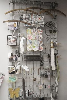 Repurposed crib spring to wall display from Jill Ruth & Co. But how do you keep the old away from the crib spring? Old Bed Springs, Mattress Springs, Mattress Frame, Box Springs, Bed Mattress, Crib Spring, Diy Rangement, Old Beds, My Sewing Room