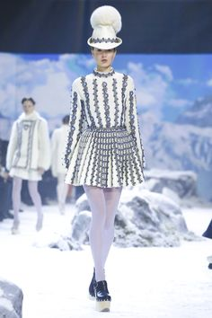 Our runway video of the Fall/Winter 2016 ready-to-wear show to view here.