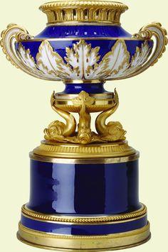 Vase à anses à/en tire bouchon.   Sèvres porcelain factory (porcelain manufacturer)  Creation Date:  drum base 1813-14