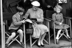 La reine Elizabeth II avec le prince Charles et la princesse Anne (mai 1956)