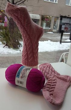 Kaunis ja helppo pitsisukka – lankasatamanblogi.fi Lace Knitting, Knitting Socks, Knit Socks, Crochet Cow, Leg Warmers, Mittens, Amazing Women, Legs, Crafts