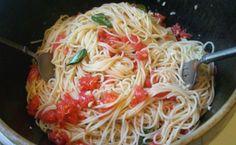 Σκορδομακάρονα με φρέσκια τομάτα Spaghetti, Pasta, Ethnic Recipes, Food, Essen, Meals, Yemek, Noodle, Eten
