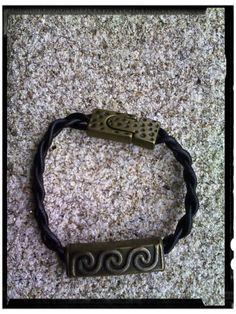 Pulsera triple runa sin fin en cuero trenzado y cierre imán labrado, con metal bronce