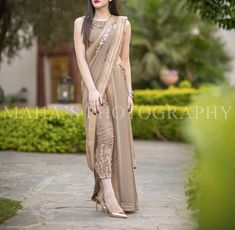 Pakistani Couture with a twist Indian Wedding Outfits, Pakistani Outfits, Indian Outfits, Mehendi Outfits, Pakistani Couture, Stylish Sarees, Stylish Dresses, Fashion Dresses, Trendy Outfits