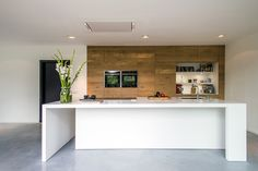 Houten keuken met keukeneiland en wit Silestone werkblad via JP Walker #keuken #kookeiland #houtenkeuken