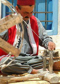Avant le tissage, le filage de la laine.