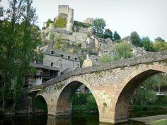 Belcastel - Guida Turismo e Vacanze Vila Medieval, Photos, Travel, Slate Roof, Old Bridges, 12th Century, Stone Cottages, Sidewalk, Monuments