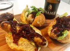 Broodjes braadworst met een bier- rode uienmarmelade. Het biertje dat is gebruikt: Ename Tripel
