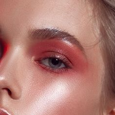 Q: Help! I have oily eyelids and my makeup doesn't last #oilylids #makeupideas #eyemakeuptips