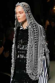 Burberry Spring 2017 Ready-to-Wear Fashion Show Knitting Designs, Crochet Designs, Blusas Top, Geometric Fashion, Fashion Details, Crochet Lace, Diy Clothes, Knitwear, Ideias Fashion