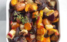 Helpot uunijuurekset 1. Kuori sipulit ja juurekset. Vastanostetuille porkkanoille riittää huolellinen pesu. Poista valkosipulista vain uloimmat kuoret ja halkaise sipuli. Lohko sipulit ja juurekset. 2. Lado kasvikset voideltuun uunivuokaan tai pellille. Lisää öljy ja mausteet. Kypsennä 175-asteessa noin tunti.