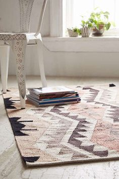 幾何学模様やシェブロン柄、モロッコラグ、裂き織り・・・など、部屋の主役になりそうなラグ。