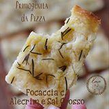 Primogenita da Pizza, a Focaccia com Alecrim é um pão retangular e achatado de massa fofinha e superfície dourada e crocante.Apesar de ser umareceita simples o sucesso depende de alguns cuidados e de um pouco mais de tempo (duas horas de antecedência, pelo menos), já que é preciso esperar a massa crescer antes de levá-la ao forno. INGREDIENTES: MASSA: 3 xícaras de chá de farinha de trigo 1 xícara e 1/4 de chá de água morna aquecida por 1min no micro ondas 1 colher de sopa de manteiga…