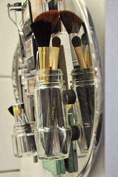 {eye makeup organization with a metal cake plate, magnets, and a glue gun.} For paint brushes maybe Beauty Inside, Beauty Make Up, Diy Beauty, Make Up Storage, Neat And Tidy, Craft Organization, Diy Arts And Crafts, Bath Decor, Cake Plates