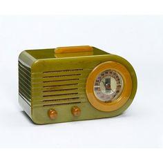 model Bullet Streamliner 115; American 1940 des. and man. Fada Radio