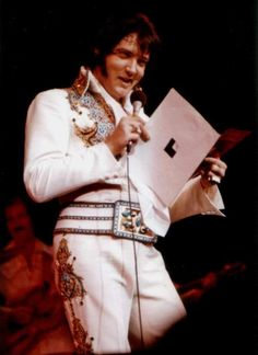 Elvis at his last concert at the Las Vegas Hilton in december 12 1976.