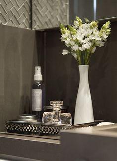 eh!DÉCOR: Confira 12 lavabos em tons de cinza com papel de parede, tecido, tinta ou pastilhas.
