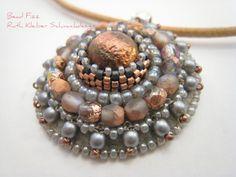 Perlenstickerei Anhänger, Kupferfarbener Mandala Anhänger mit Glascabochon, grau…