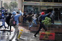 Hasta la mañana del 30 de agosto, 512 personas habían sido judicializadas por disturbios durante paro agrario en Colombia. En Bogotá, las autoridades anunciaron la elaboración, con retratos hablados, de un cartel de los responsables por daños en bien ajeno y agresión a la fuerza pública. Más información:  http://www.elpais.com.co/elpais/colombia/noticias/fiscalia-ha-judicializado-512-personas-doce-dias-paro-nacional