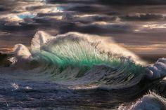 L'image du jour : Une vague pendant une tempête enmer