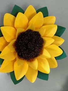 Rolled Paper Flowers, Paper Flowers Craft, Giant Paper Flowers, Large Flowers, Diy Flowers, Sunflower Birthday Parties, Sunflower Party, Diy Crafts Rose, Flower Crafts