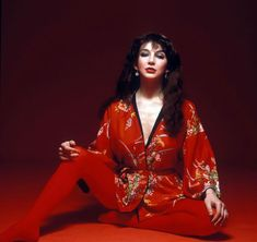 Kate Bush in red kimono Kate Bush Wuthering Heights, Vintage Mode, Stevie Nicks, Female Singers, Hottest Photos, Her Style, Style Icons, Hot Girls, Kimono
