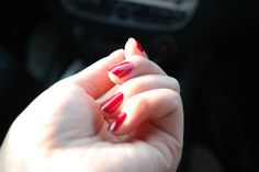 Zobacz, co zrobić, gdy masz suche skórki przy paznokciach.