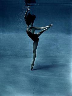 Underwater ballerina ♥ Wonderful! www.thewonderfulworldofdance.com