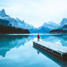 Pre sunrise on Maligne Lake, Alberta, Canada./好棒!加油能够争取跑去Alberta住一圈。