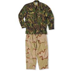 Deze opmerkelijke combinatie heeft Marco Kroon daadwerkelijk gedragen tijdens acties in Afghanistan. Een desert broek voor optimale camouflage tegen de droge ondergrond en dorre takken van de begroeiing onderin, in combinatie met een woodland jasje (bruikleen), aangepast op het gebladerte van de struiken en boompjes op hoogte.