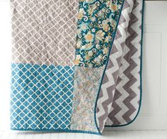 SIMPLE CHEVRON QUILTED THROW by Melissa Mortenson Free tutorial for a simple chevron quilt. This quilt is made from squares of fabric. The finished quilt is approx A sewing pattern to make a quilt with chevron fabric on the back. Beginner Quilt Patterns, Quilting For Beginners, Quilt Patterns Free, Quilting Tutorials, Quilting Projects, Quilting Designs, Sewing Projects, Sewing Patterns, Quilting Ideas
