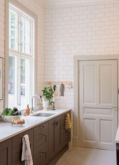 New kitchen tile wall crown moldings 51 Ideas Interior Exterior, Kitchen Interior, Kitchen Decor, Kitchen Colors, Kitchen Wall Tiles, White Kitchen Cabinets, Kitchen White, Kitchen Island, Country Kitchen
