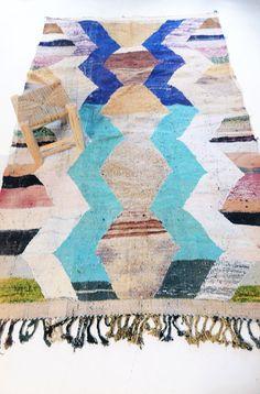 Vintage Kilim marroquí - Color de BOUCHEROUITE  Alfombra de trapo de Marruecos llamado boucherouite hecho de textiles reciclados por una mujer bereber. Cada alfombra Boucherouite Vintage es único.  Materiales: tela desechos, desentraña hilos de rosca, hilado de lanas SICE: 265 x 150 cm (+)  Buen estado.    Por favor, no dude en contacto con nosotros, si usted tiene alguna pregunta o comentario.  Aceptamos pago Paypal, se aceptan transferencias bancarias de los usuarios de España. Puede…
