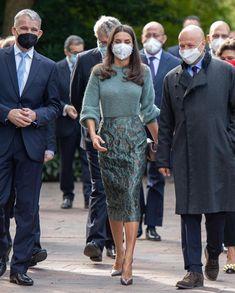 Royal Family News, Spanish Royal Family, Royal Families, Hollywood Fashion, Royal Fashion, New My Royals, Lace Skirt, Sequin Skirt, Spanish Royalty