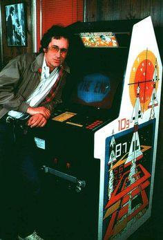 Spielberg devant une borne Atari Missile Command