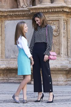Queen Letizia of Spain Photos - Queen Letizia of Spain and Princess Sofia of Spain attend the Easter mass on April 2018 in Palma de Mallorca, Spain. - Spanish Royals Attend Easter Mass in Palma de Mallorca Fall Fashion Outfits, Autumn Fashion, Royal Fashion, Fashion Looks, Looks Kate Middleton, Royal Clothing, Looks Chic, Queen Letizia, Western Outfits