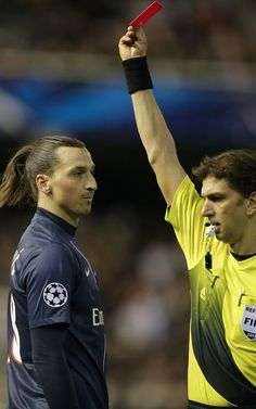 TT:The referee Paolo Tagliavento against Zlatan Ibrahimovic. Good Soccer Players, Football Players, Soccer Stars, Football Soccer, Psg, I Am Zlatan Ibrahimovic, Premier League, The Good Son, My Dream Team