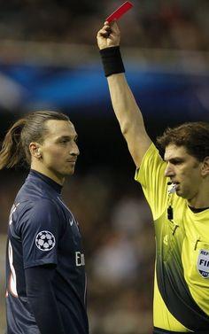 El colegiado Paolo Tagliavento expulsa a Zlatan Ibrahimovic.