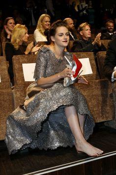 Kristen Stewart: Γιατί όλοι μιλούν για τα ασημένια της γοβάκια; - JoyTV