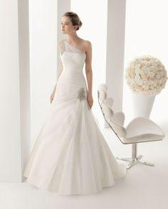 Foto de www.bodas.com.mx/articulos/vestidos-de-novia-con-escote-asimetrico--c5537